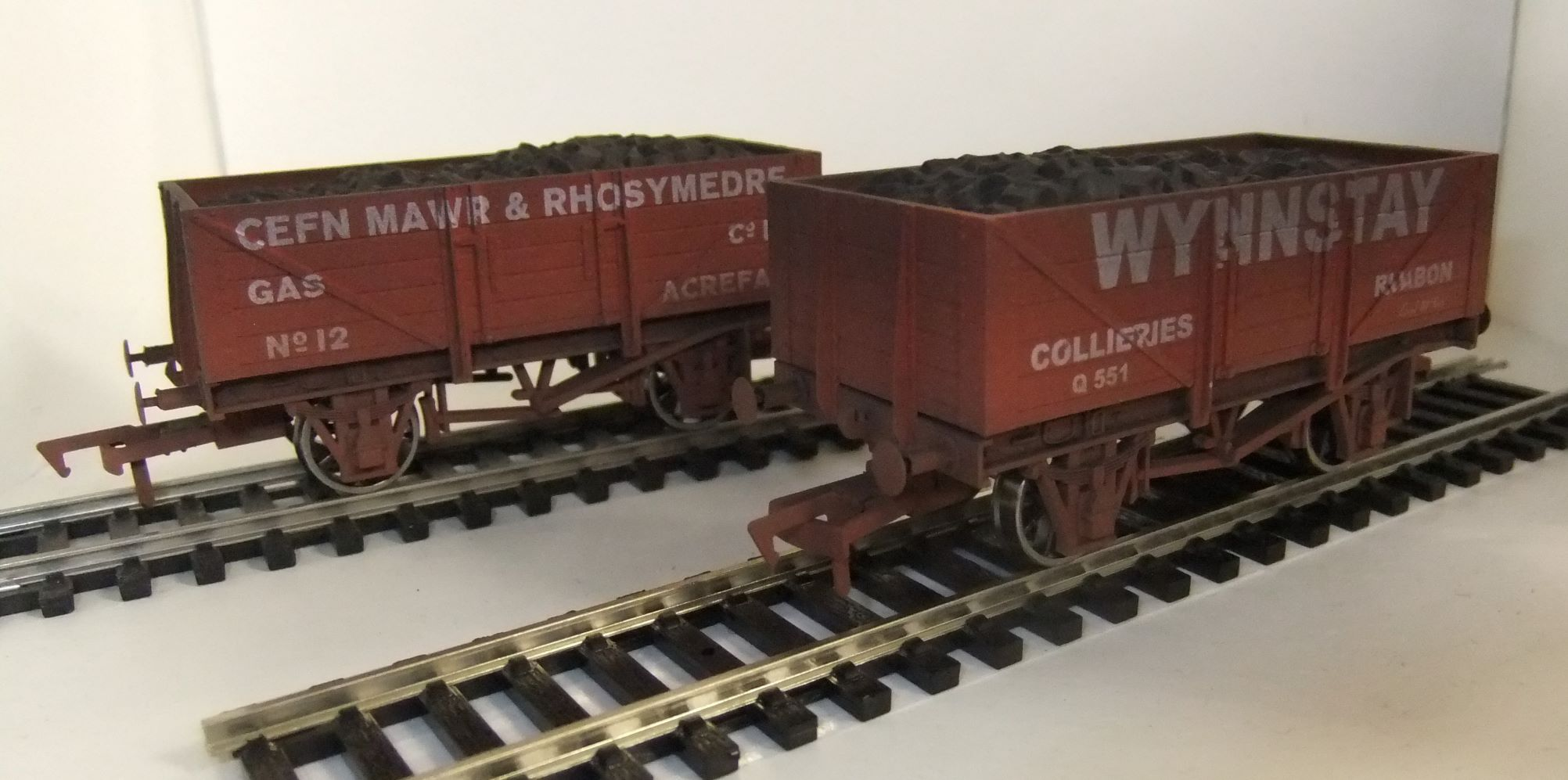 4F-051-046 Twin pack 7 plank wagons weathered