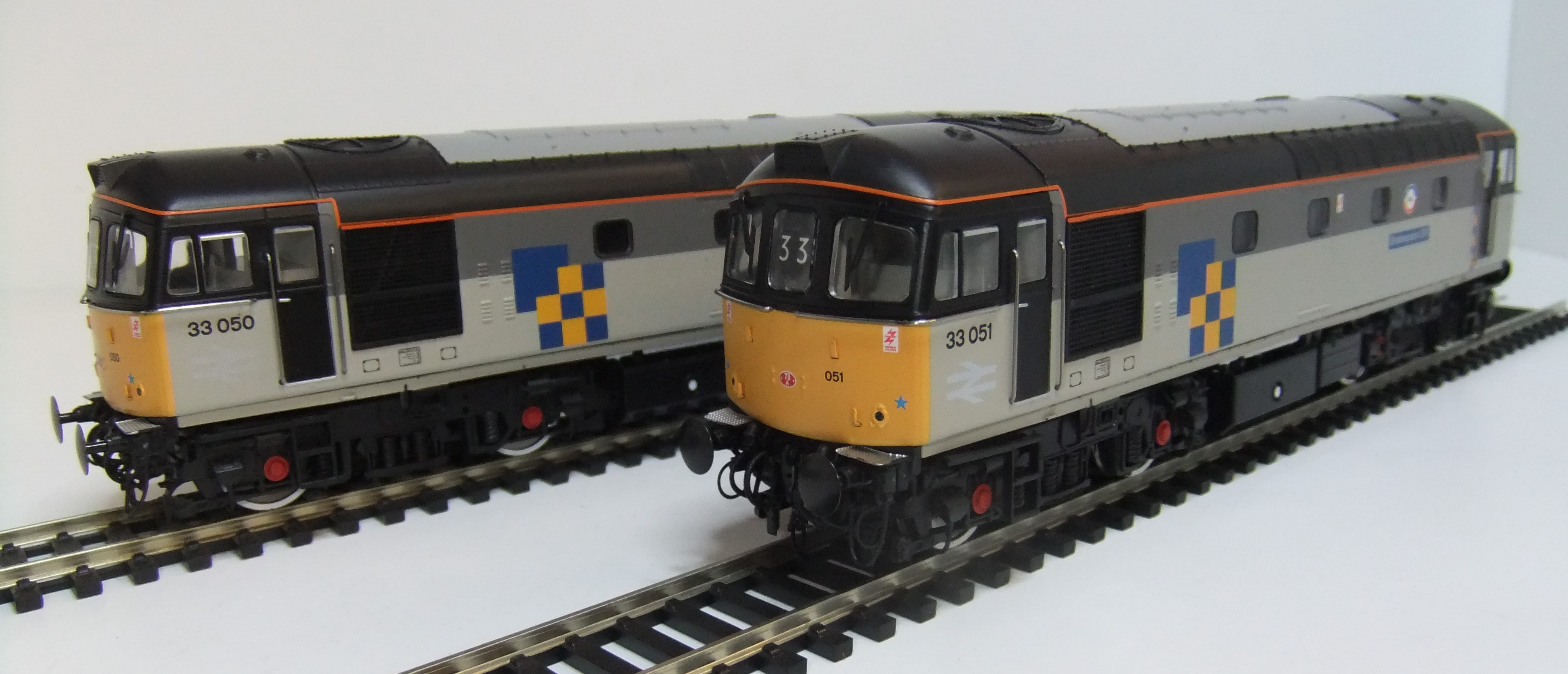 3440 Pair of Class 33 locos Railfreight Construction